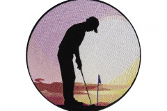 Golfbag mit Golfer im Sonnenuntergang